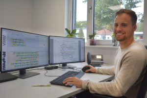 Betriebsplaner Max am Schreibtisch