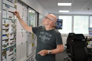 Dirk Leitstellendisponent an der Magnettafel