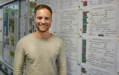 Betriebsplaner Max in der Leistelle vor Umlaufplaenen