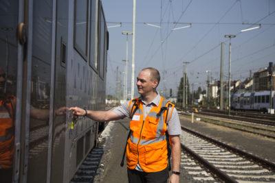 Frank steigt auf dem Betriebsgelände in Mainz ein.
