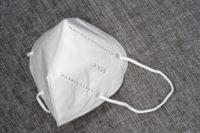 Medizinische Maske FFP2 auf grauem Hintergurnd